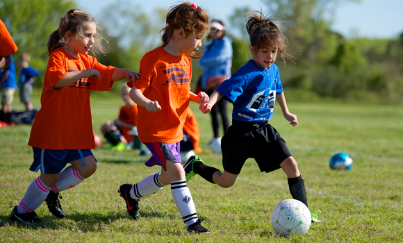 Comment encourager sainement son enfant lors des parties sportives?